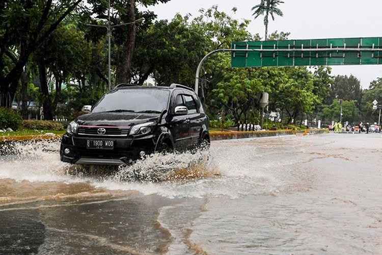 Cara Gampang Cegah Kusam pada Bodi Mobil di Musim Hujan